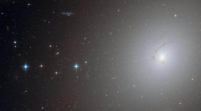 NGC 4696, una galaxia filamentosa
