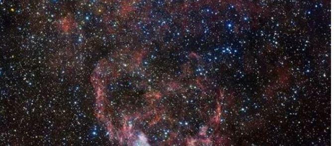 NGC 3199, la nebulosa que cruza los mares de estrellas