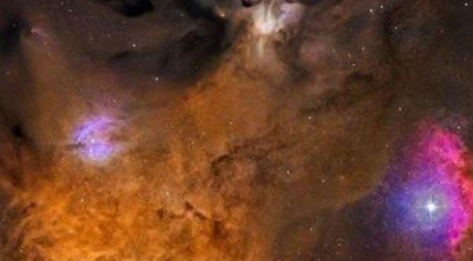 El colorido cielo junto a las estrellas Antares y Rho Ophiuchi